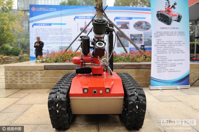 智能灭火机器人亮相太原 可代人进入危险区域