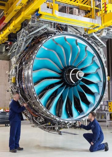 """8月,美国陆军分别授予先进涡轮发动机公司(ATEC)和GE公司一份""""改进涡轮发动机项目""""(ITEP)合同。项目旨在发展功率更大、可靠性更高、耗油率更低的涡轴发动机,用于UH-60""""黑鹰""""通用直升机和AH-64E""""阿帕奇""""攻击直升机换发。本合同至2018年,主要用于推进设计工作,为发布""""工程与制造发展""""(EMD)阶段招标做准备。美国陆军希望首批ITEP发动机能在2024年投入使用,与UH-60和AH-64当前"""